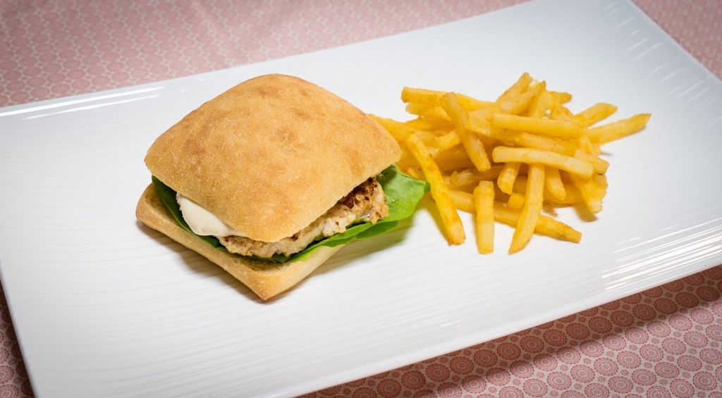 chicken burger with avocado and ailoi